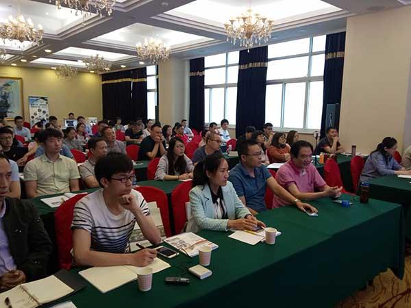 储炬教授和郭美锦教授发酵技术交流会做主题报告